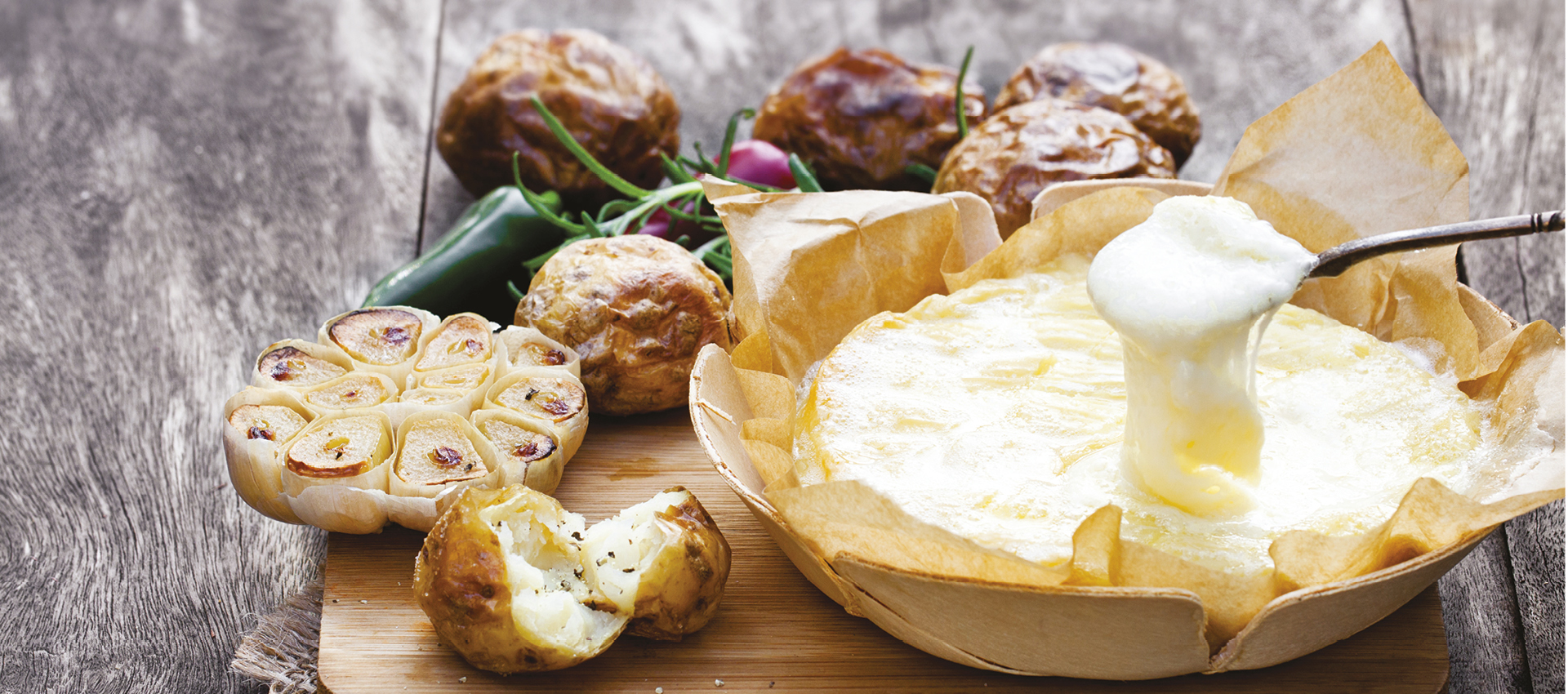 Pečeni camembert s krumpirom i češnjakom.jpg