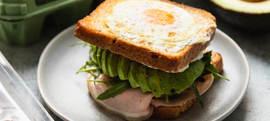 Tost sendvič s pečenim jajem, avokadom i šunkom