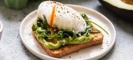 Tost s kremom od avokada, poširanim jajem i rikulom