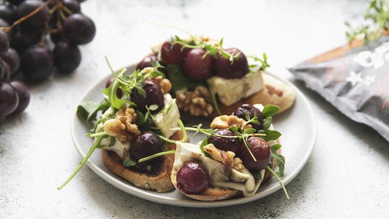 Crostini s grožđem, camembertom i orasima