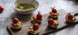 Košarice s guacamoleom i cherry rajčicama