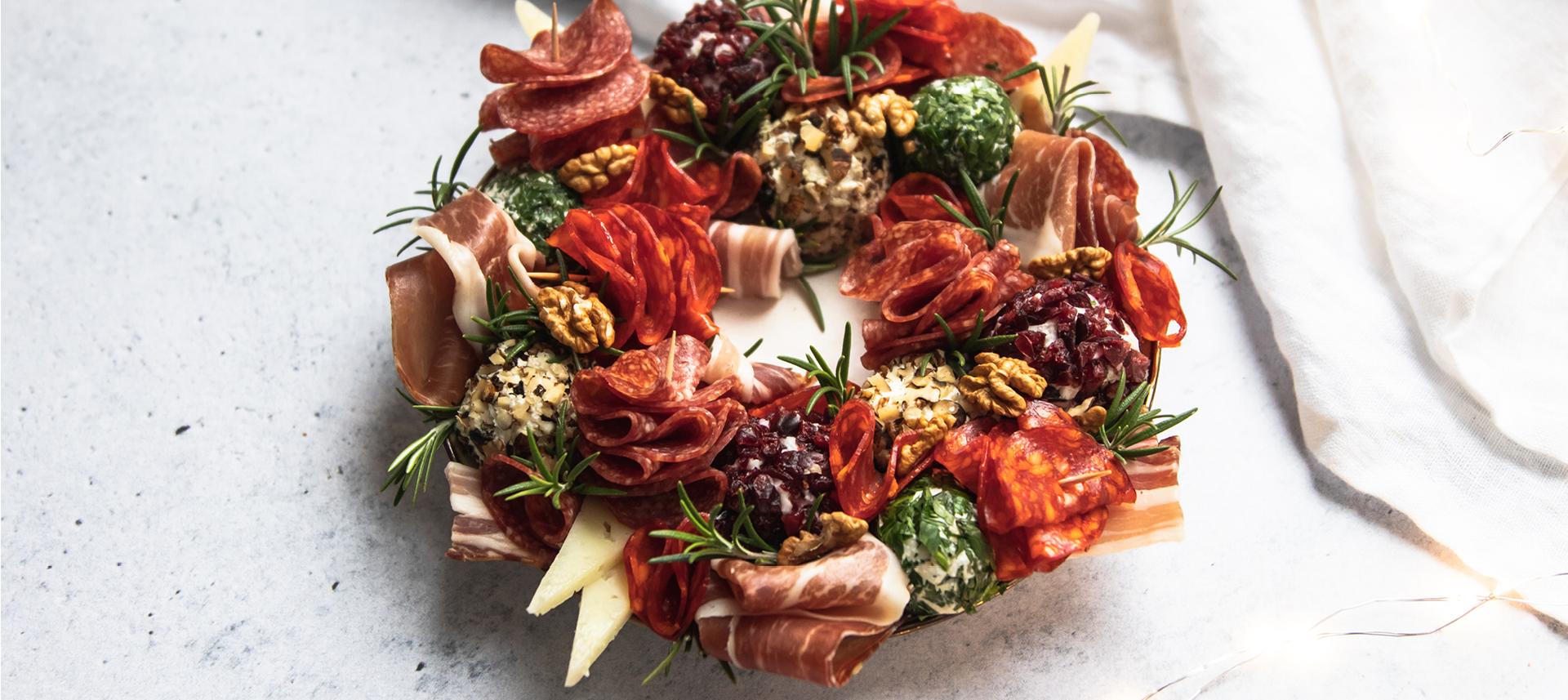 Božićni vijenac s kuglicama od sira.jpg