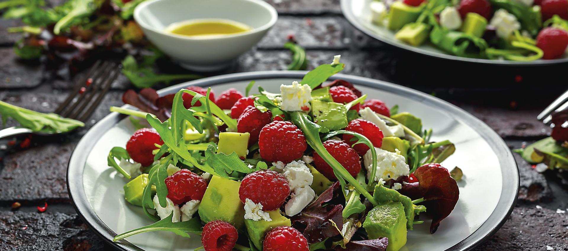 Salata s avokadom i malinama.jpg