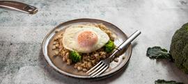 Salata od ječma i brokule s pečenim jajem