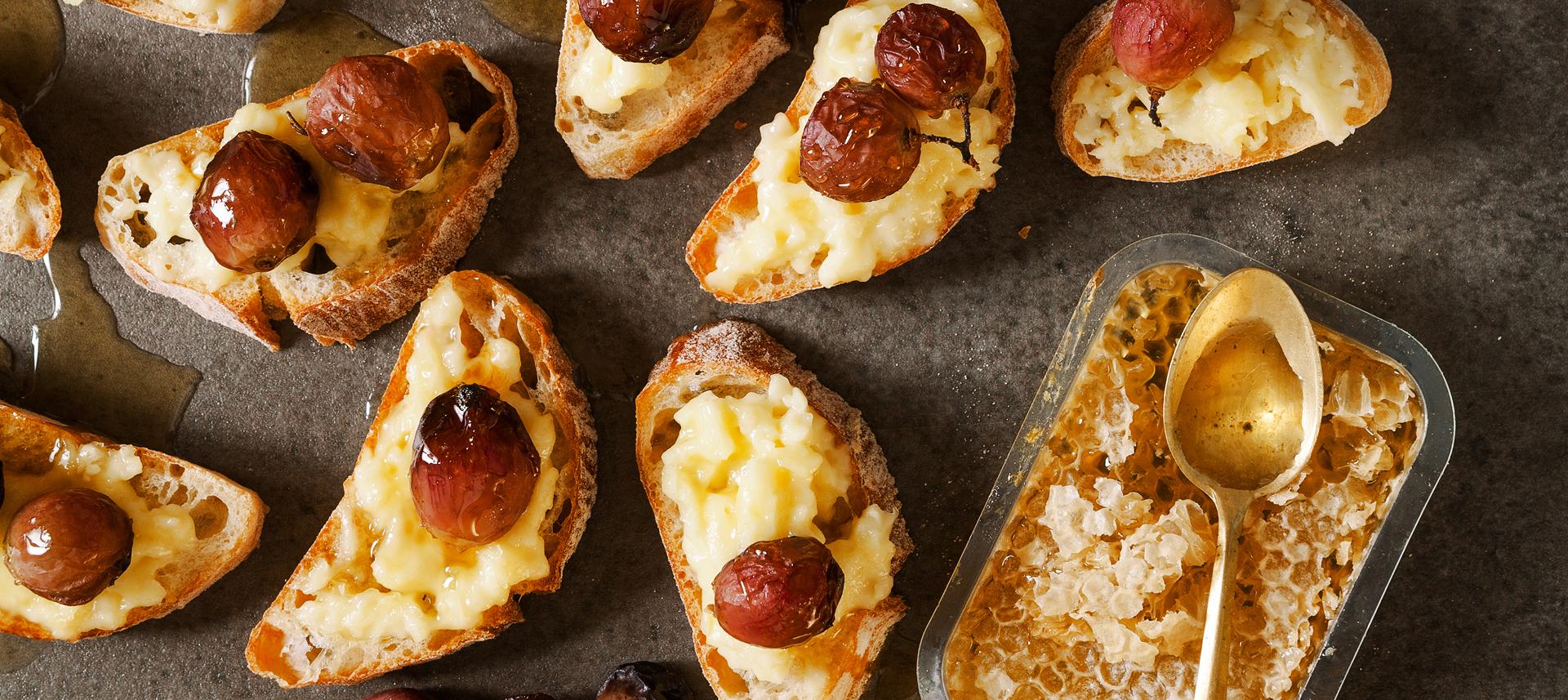 Bruskete s camembertom, bobama grožđa i medom.jpg