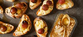 Bruskete s camembertom, bobama grožđa i medom