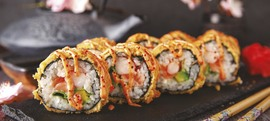 Prženi sushi s lososom, kozicama i avokadom