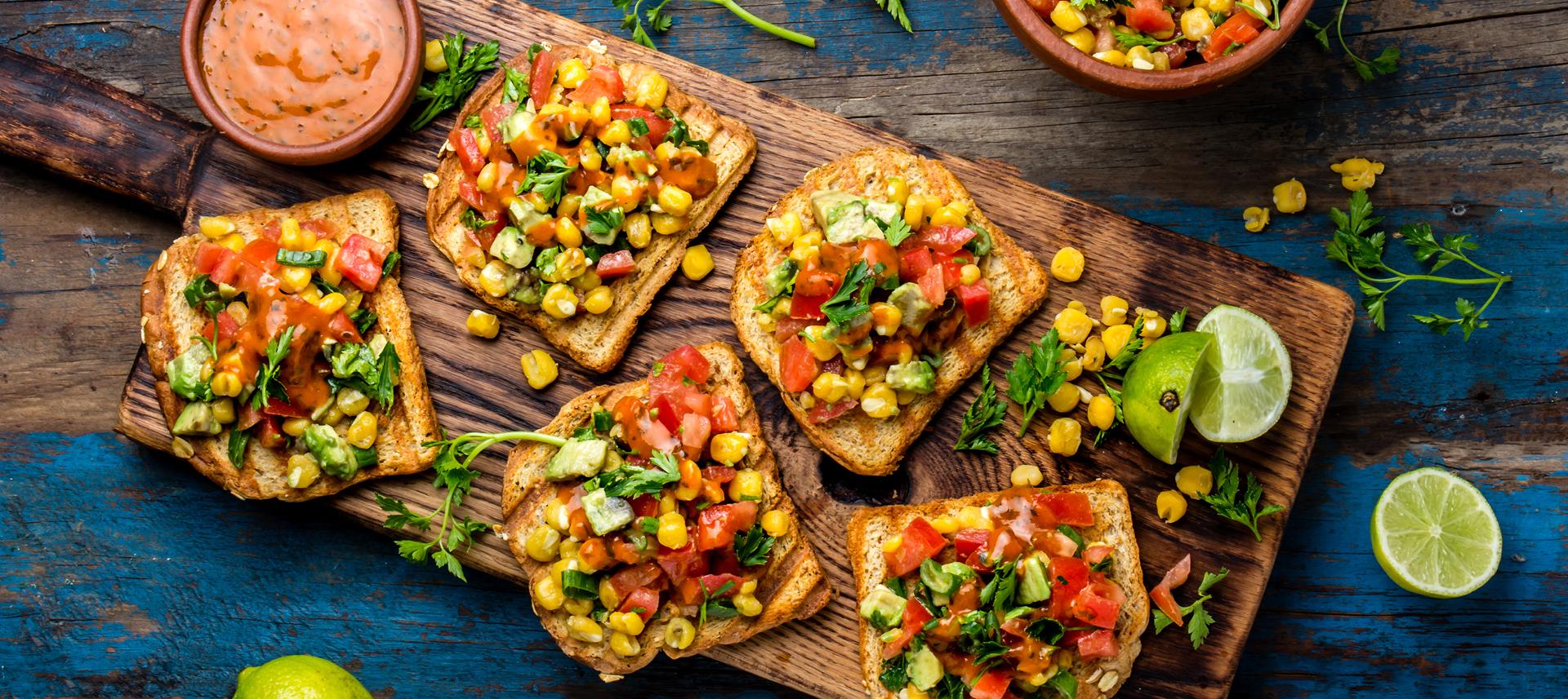 Brusketa s avokadom, rajčicom i kukuruzom.jpg