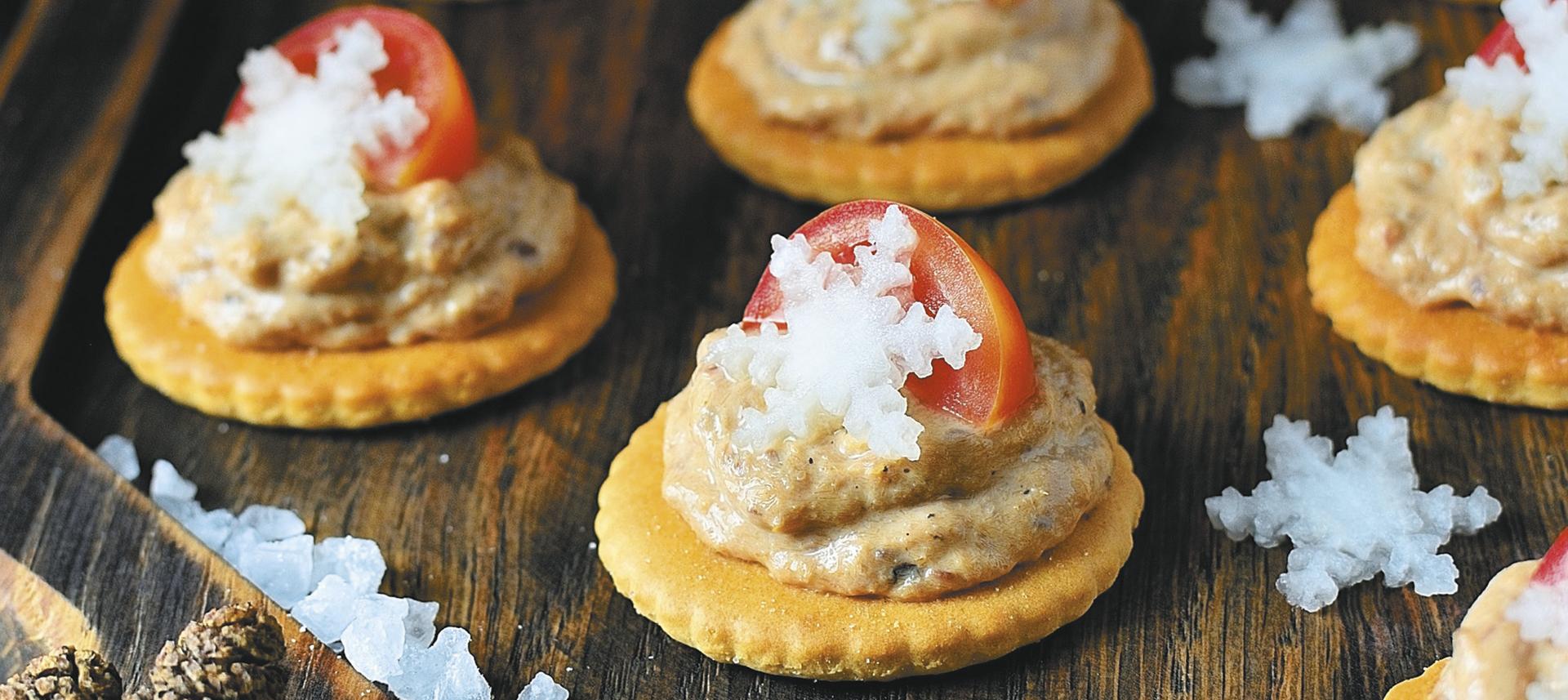 Domaći krekeri s paštetom od dimljene orade.jpg