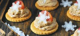 Domaći krekeri s paštetom od dimljene orade