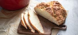 Brzi kruh pečen u posudi od lijevanog željeza