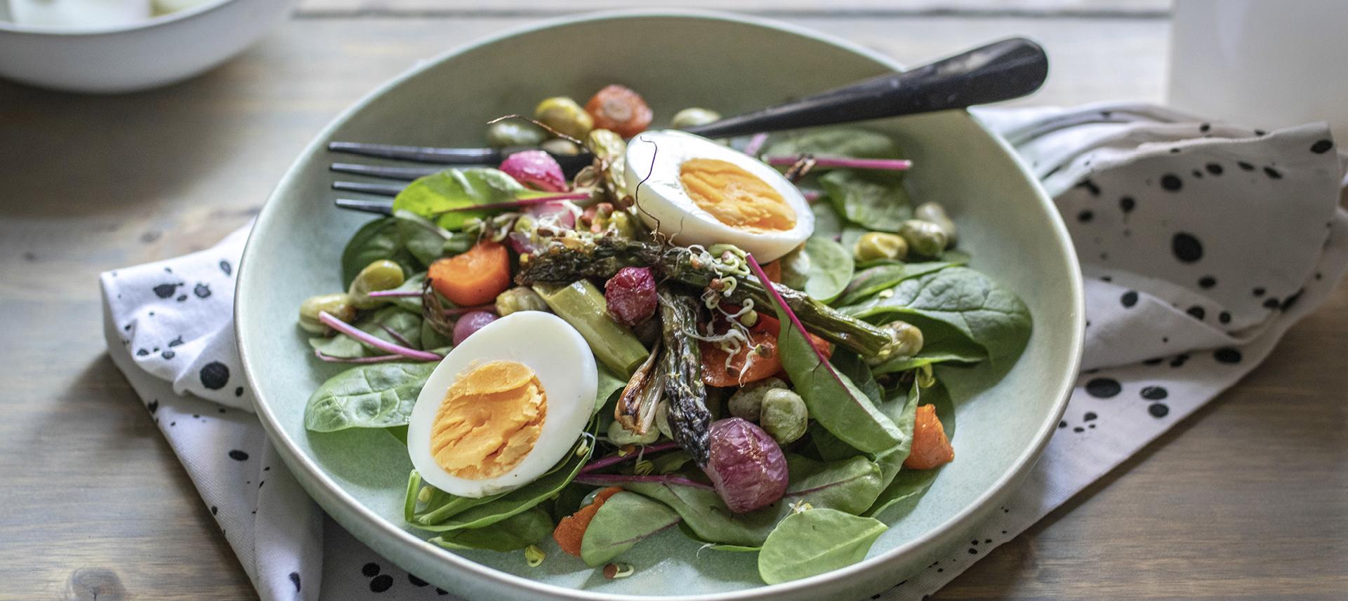 Salata od pecenog povrcca i kuhanih jaja.jpg